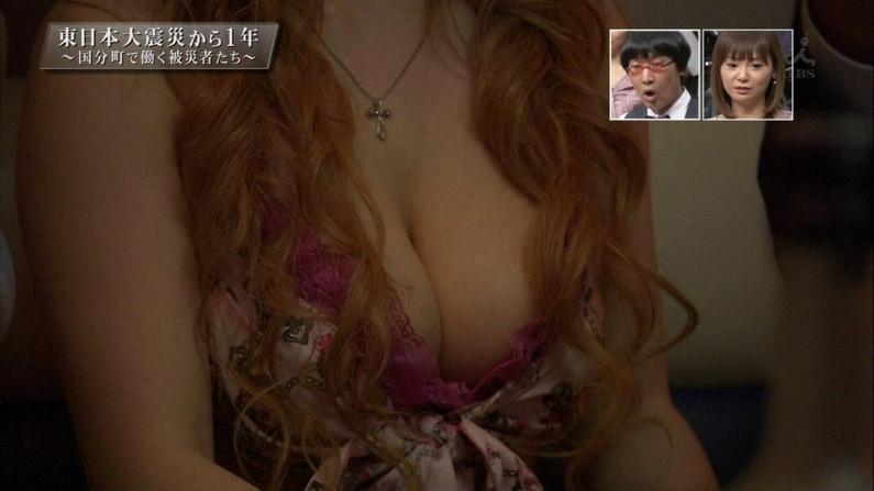 【胸ちらキャプ画像】タレントさん達のたわわなオッパイががっつりテレビに映ってますよーwww 19