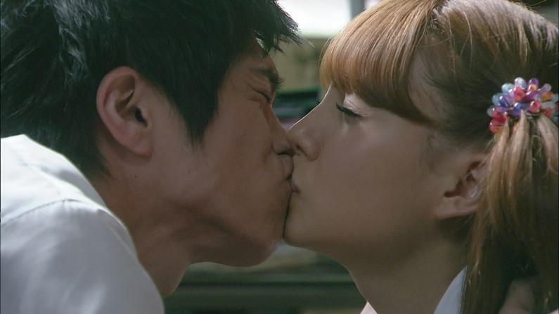 【キスキャプ画像】見てるだけでこっちがドキドキしちゃうタレントのキス顔やキスシーンww 05