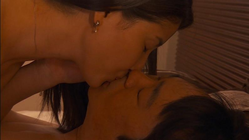 【キスキャプ画像】見てるだけでこっちがドキドキしちゃうタレントのキス顔やキスシーンww 23