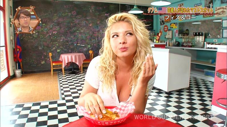 【水着キャプ画像】水着からハミ乳しまくりの美女達がテレビでオッパイ見せまくりw 13
