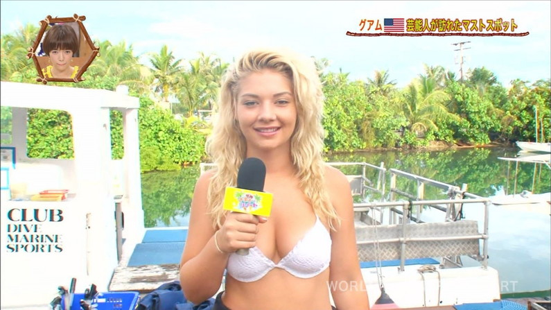 【水着キャプ画像】水着からハミ乳しまくりの美女達がテレビでオッパイ見せまくりw 14