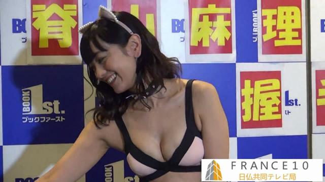 【水着キャプ画像】水着からハミ乳しまくりの美女達がテレビでオッパイ見せまくりw 18