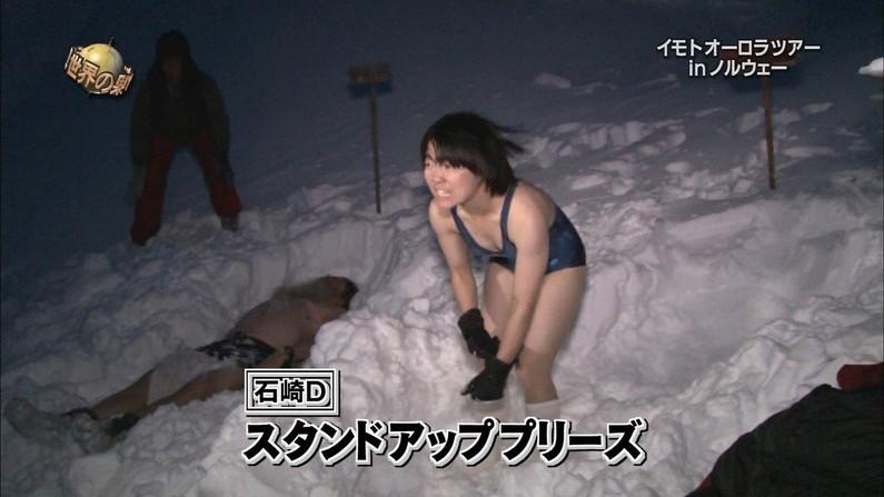 【水着キャプ画像】水着からハミ乳しまくりの美女達がテレビでオッパイ見せまくりw 21