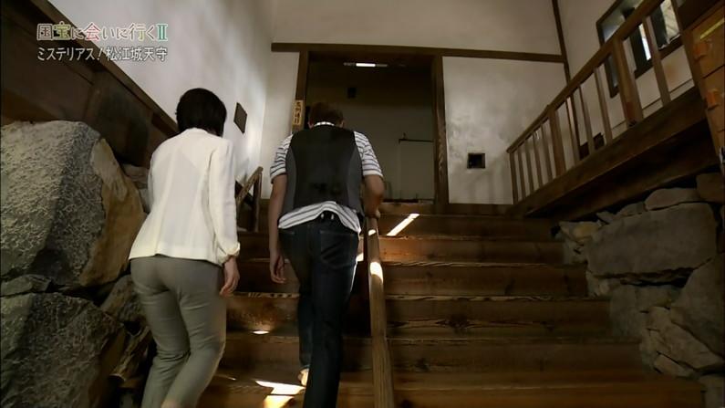 【お尻キャプ画像】女子アナやアイドル達がぴったりパンツ履いてパンツライン見せびらかしてるw 09