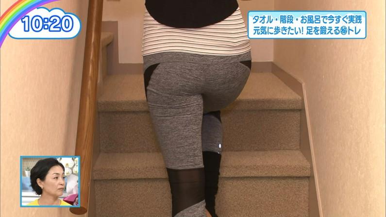 【お尻キャプ画像】女子アナやアイドル達がぴったりパンツ履いてパンツライン見せびらかしてるw 13