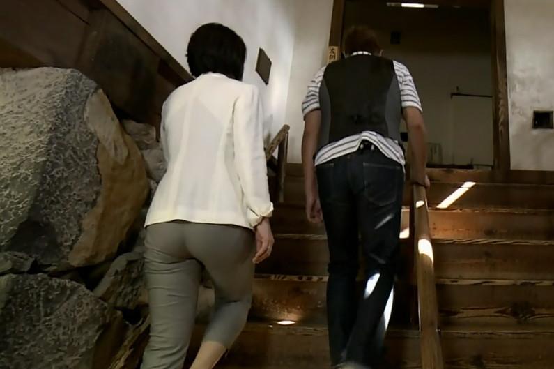 【お尻キャプ画像】女子アナやアイドル達がぴったりパンツ履いてパンツライン見せびらかしてるw 19