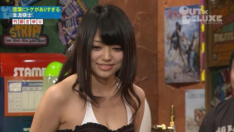 【胸ちらキャプ画像】チラとかじゃなく常時エロい谷間をテレビで見せつけてくるタレント達w 07