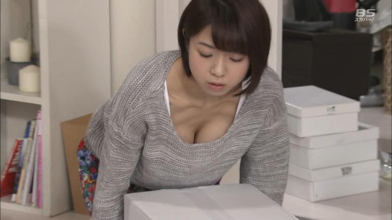 【胸ちらキャプ画像】チラとかじゃなく常時エロい谷間をテレビで見せつけてくるタレント達w 16