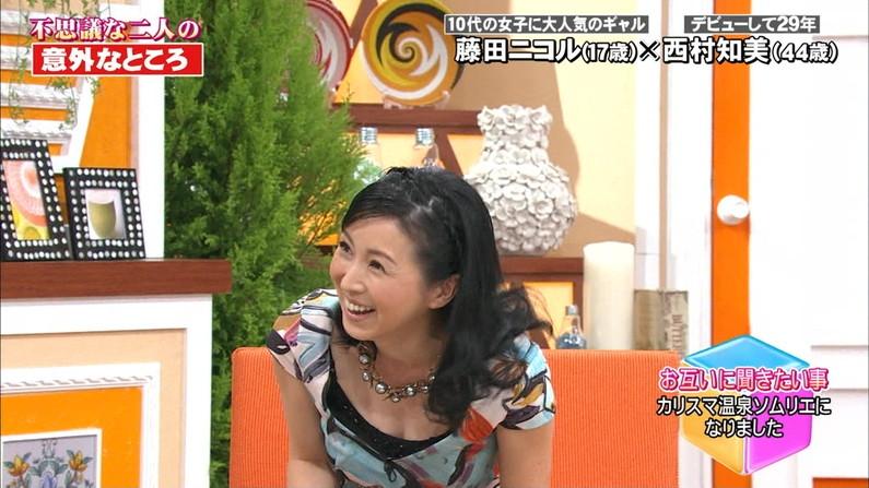 【胸ちらキャプ画像】テレビなのにそんな服着て前かがみになったらエロいオッパイが丸見えになってますよw 03