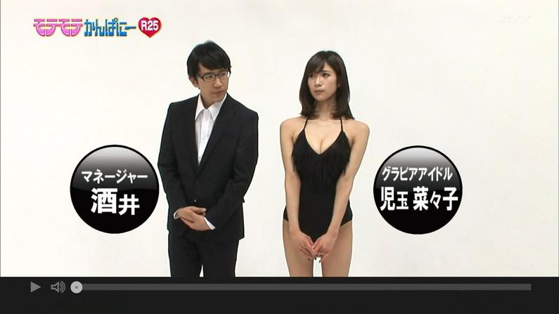 【胸ちらキャプ画像】テレビなのにそんな服着て前かがみになったらエロいオッパイが丸見えになってますよw 11