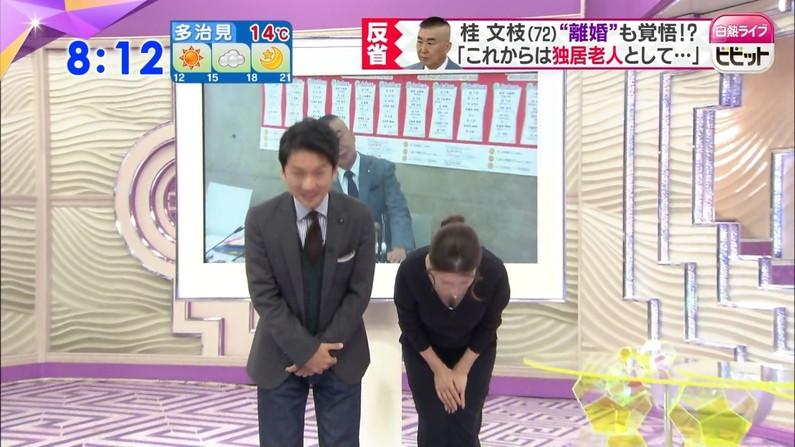 【胸ちらキャプ画像】テレビなのにそんな服着て前かがみになったらエロいオッパイが丸見えになってますよw 16