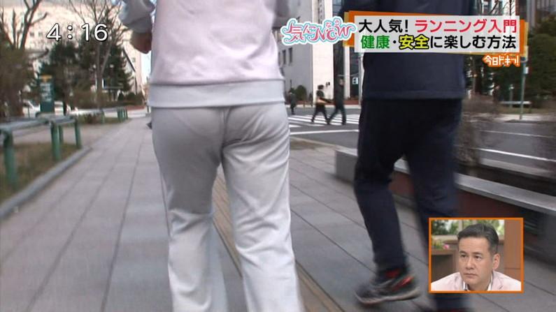 【お尻キャプ画像】ケツにズボンが食い込みまくってヒップラインからパンツラインまで見えちゃってるタレント達w 20