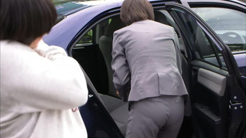 【お尻キャプ画像】ケツにズボンが食い込みまくってヒップラインからパンツラインまで見えちゃってるタレント達w 23