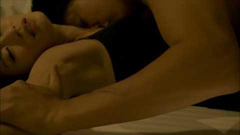 【濡れ場キャプ画像】女優さん達のベッドシーンってマジで入ってるんじゃないか?ってくらいエロい演技するよなw 06