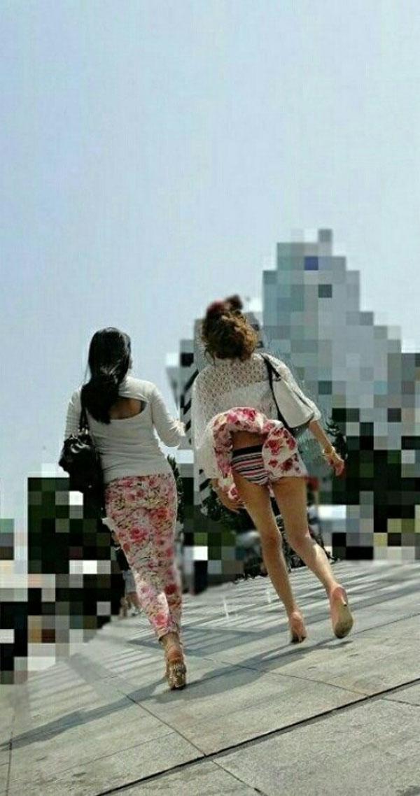 【パンチラ画像】突然の神風でスカートがめくれあがって素人のパンツが露わになる瞬間w 07