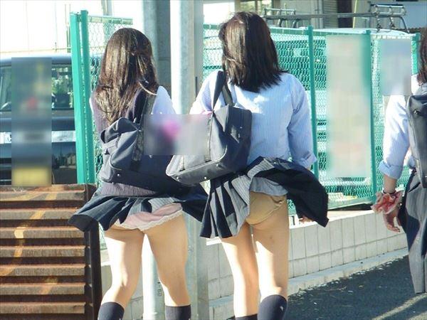 【パンチラ画像】突然の神風でスカートがめくれあがって素人のパンツが露わになる瞬間w 09