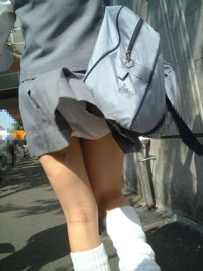 【パンチラ画像】突然の神風でスカートがめくれあがって素人のパンツが露わになる瞬間w 10