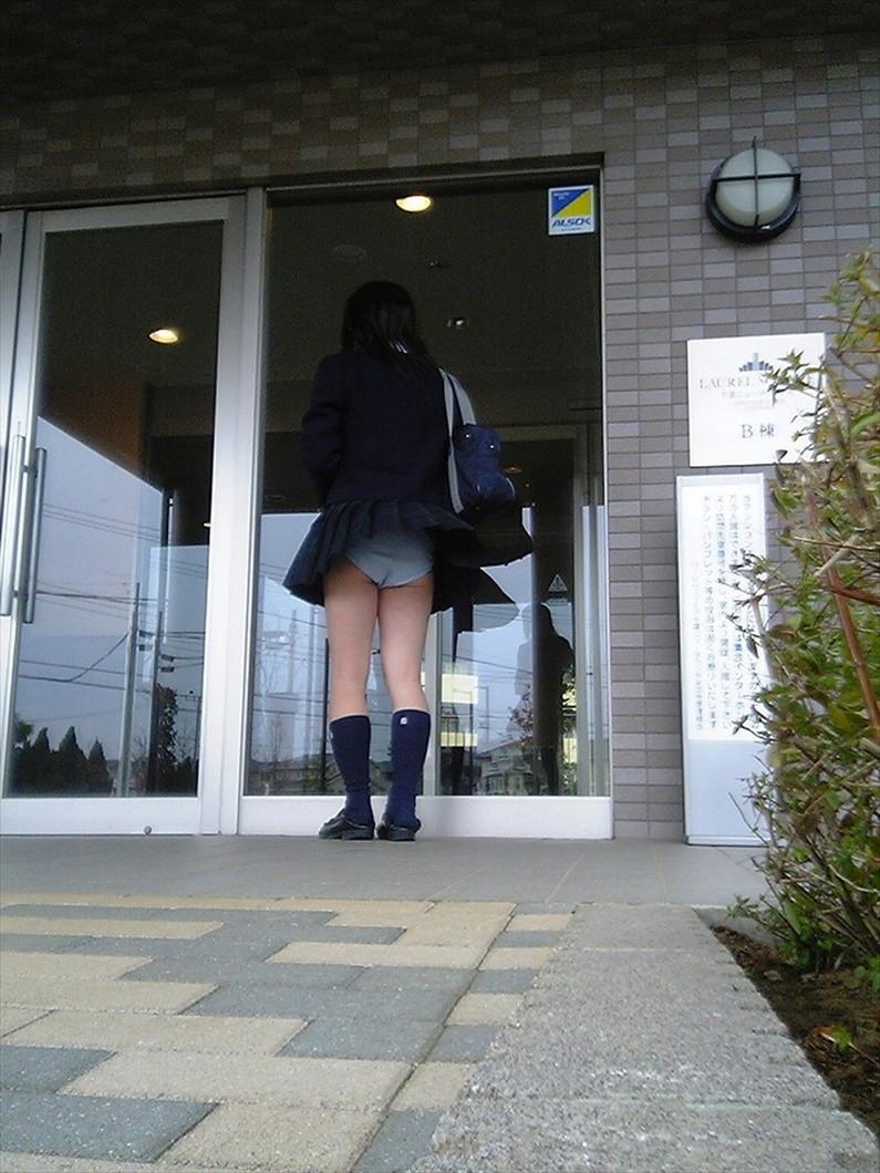 【パンチラ画像】突然の神風でスカートがめくれあがって素人のパンツが露わになる瞬間w 11