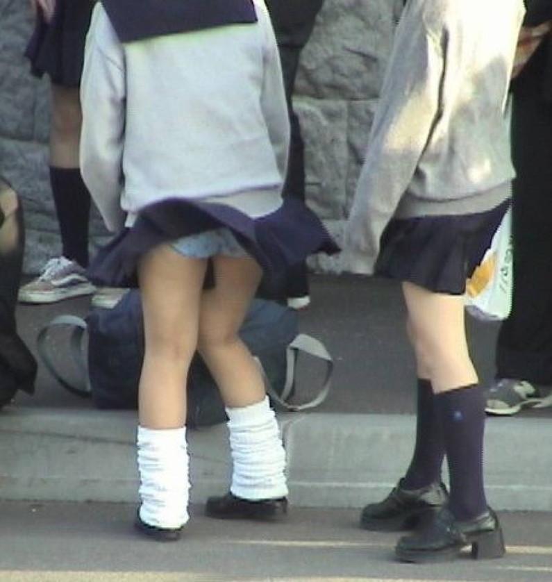 【パンチラ画像】突然の神風でスカートがめくれあがって素人のパンツが露わになる瞬間w 20