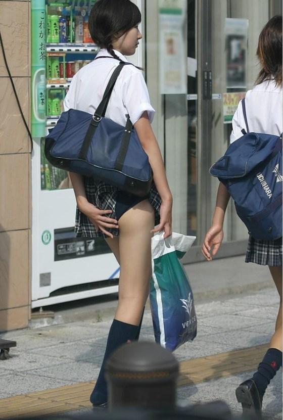 【パンチラ画像】突然の神風でスカートがめくれあがって素人のパンツが露わになる瞬間w 22