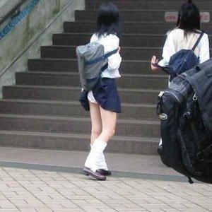 【パンチラ画像】突然の神風でスカートがめくれあがって素人のパンツが露わになる瞬間w 24