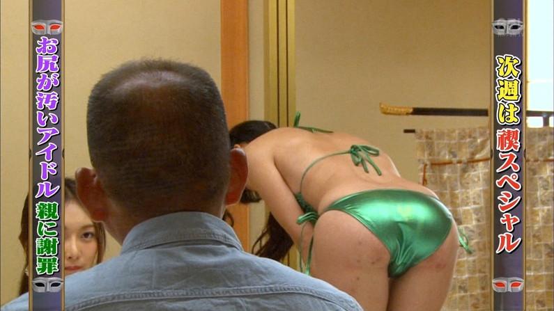 【お尻キャプ画像】テレビに映る美尻美女が思いっきり水着からハミ尻しちゃってるシーンww 09