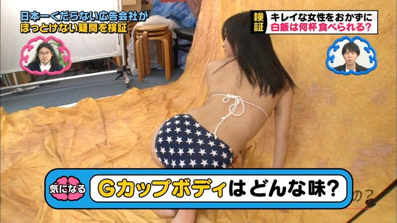 【お尻キャプ画像】テレビに映る美尻美女が思いっきり水着からハミ尻しちゃってるシーンww 11