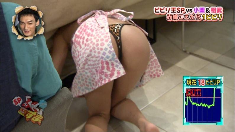 【お尻キャプ画像】テレビに映る美尻美女が思いっきり水着からハミ尻しちゃってるシーンww 14