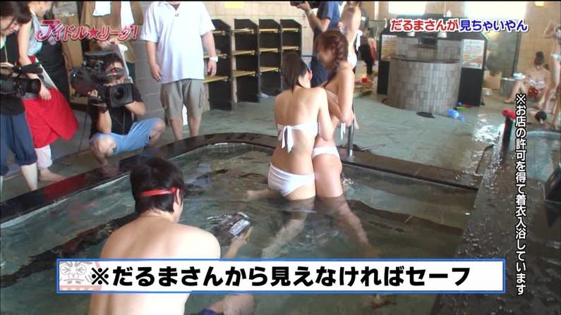 【お尻キャプ画像】テレビに映る美尻美女が思いっきり水着からハミ尻しちゃってるシーンww 18