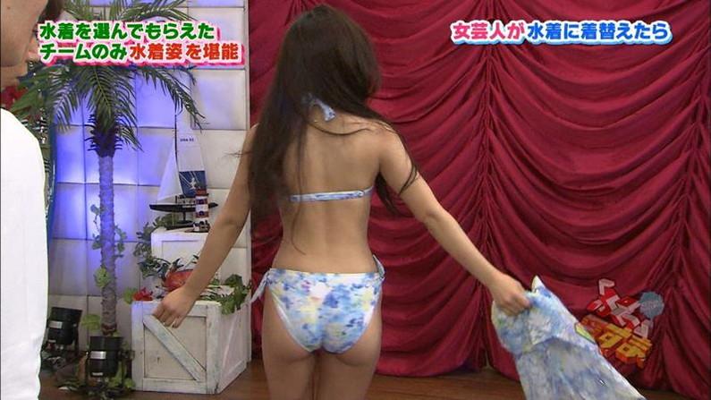 【お尻キャプ画像】テレビに映る美尻美女が思いっきり水着からハミ尻しちゃってるシーンww 22