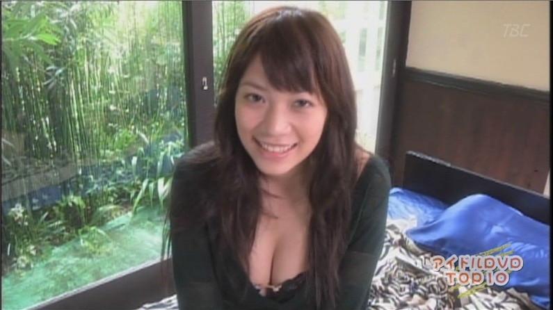 【胸ちらキャプ画像】ポロリしそうなくらい巨乳のタレント達が更に前屈みになってもぉ限界状態ww 11